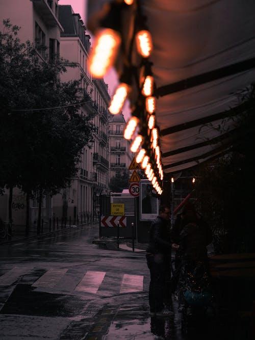 Foto stok gratis bangunan, basah, cahaya, di luar ruangan