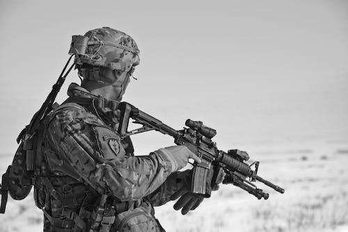 Foto d'estoc gratuïta de ajuda, arma, blanc i negre, exèrcit