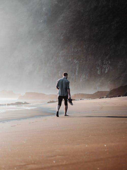 Foto profissional grátis de andando, areia, beira-mar, caminhando