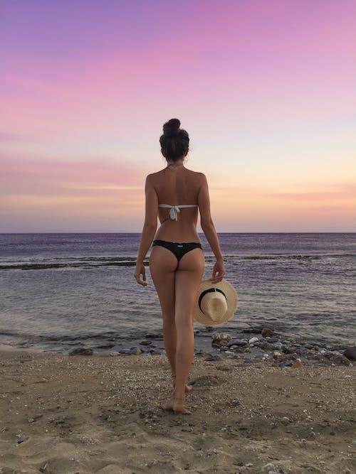 Foto profissional grátis de atraente, biquíni, céu rosa