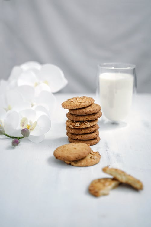 Immagine gratuita di bicchiere di latte, biscotti, biscotti all'acetosella