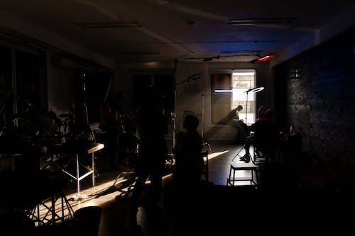 Foto stok gratis awak kapal, dalam ruangan, di belakang panggung
