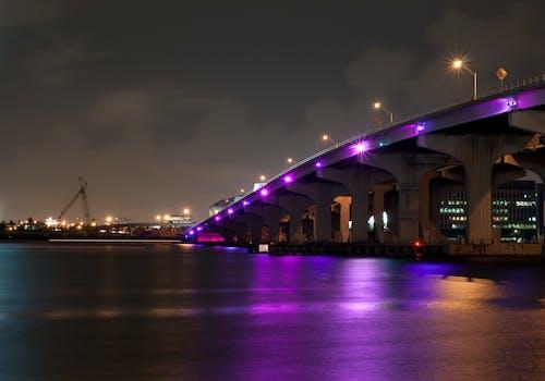 Clear Night Sky Altında Nehir üzerindeki Köprü