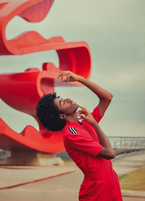 Foto profissional grátis de adulto, afro, ao ar livre, atraente