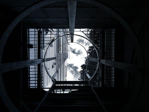 Darmowe zdjęcie z galerii z architektura, budynek, chmury, ciemny