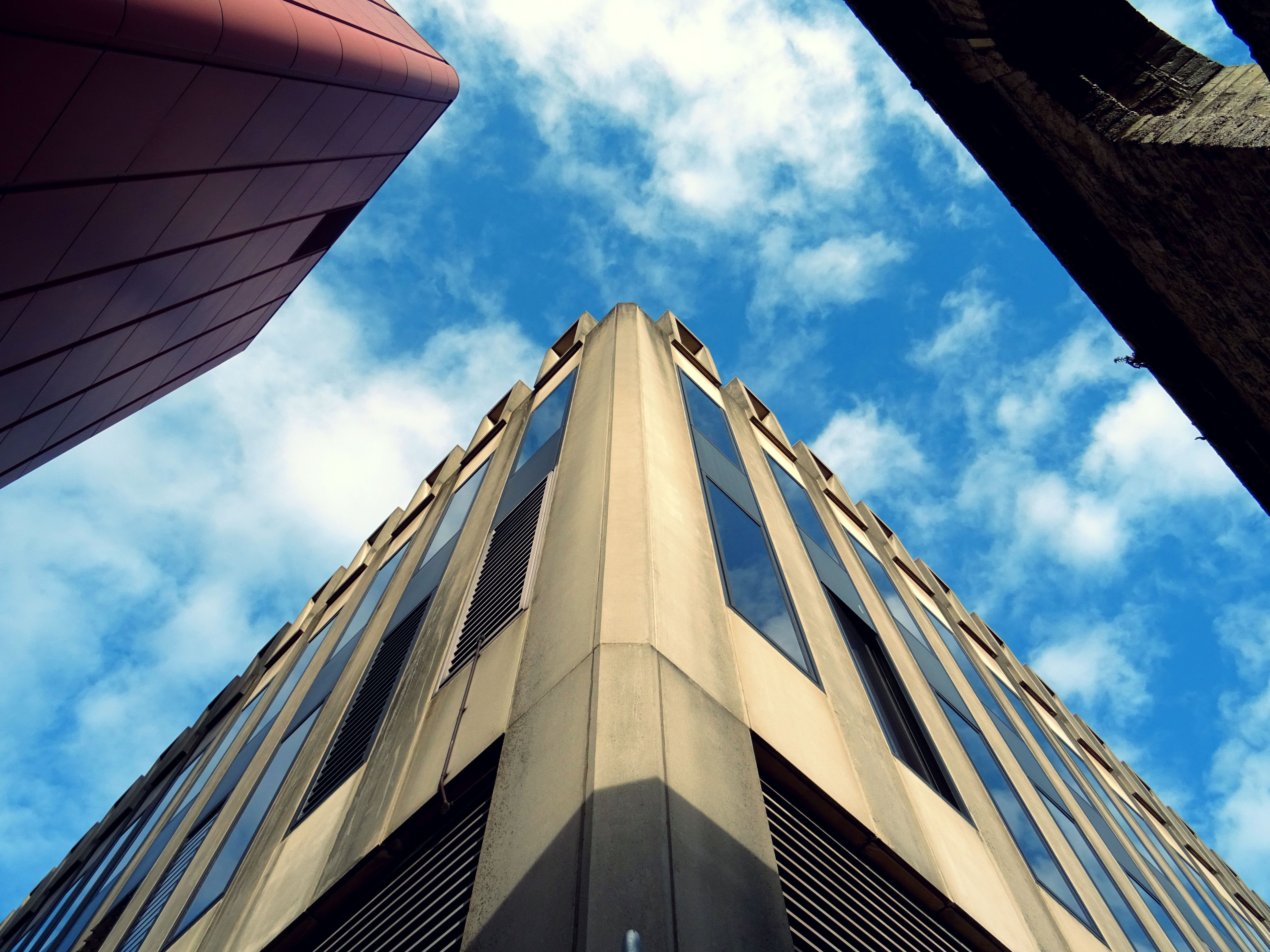 Foto profissional grátis de aço, arquitetura, céu limpo, contemporâneo