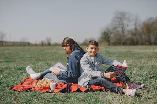 Foto d'estoc gratuïta de a l'aire lliure, adolescent, agradable, amic