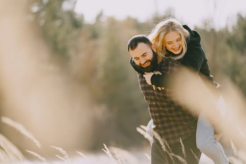 Ingyenes stockfotó átkarolás, barátnő, Békés, boldog témában