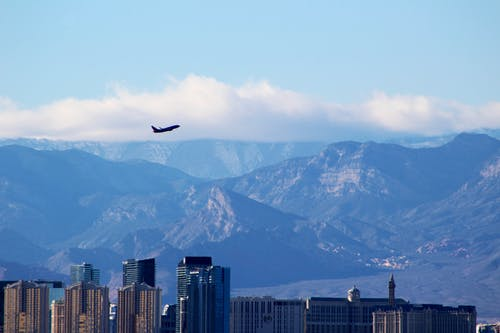 Foto d'estoc gratuïta de alt, amb boira, arquitectura, avió
