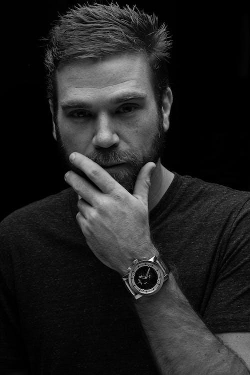 Kostenloses Stock Foto zu armbanduhr, dunkel, erwachsener, gesicht