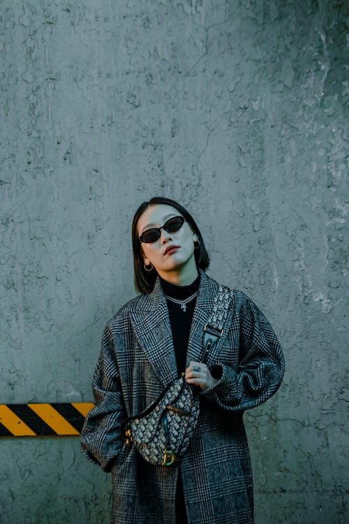 Kostnadsfri bild av allvarlig, asiatisk kvinna, betong