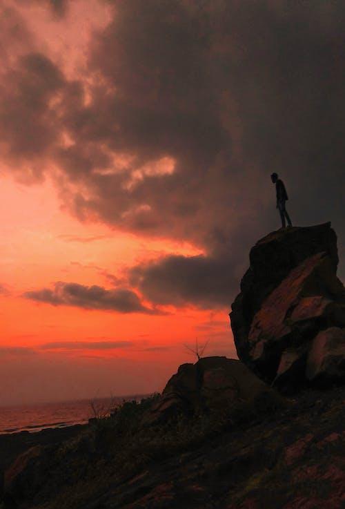 Kostenloses Stock Foto zu abend, berg, bergsteiger, dämmerung