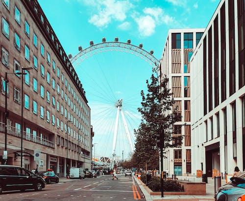 Gratis arkivbilde med arkitektur, asfalt, bil, blå himmel