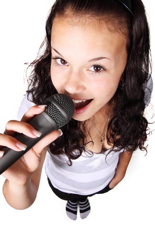 Darmowe zdjęcie z galerii z dziewczyna, dźwięk, karaoke, kobieta
