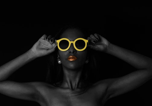 Kostenloses Stock Foto zu person, sonnenbrille, hände, frau