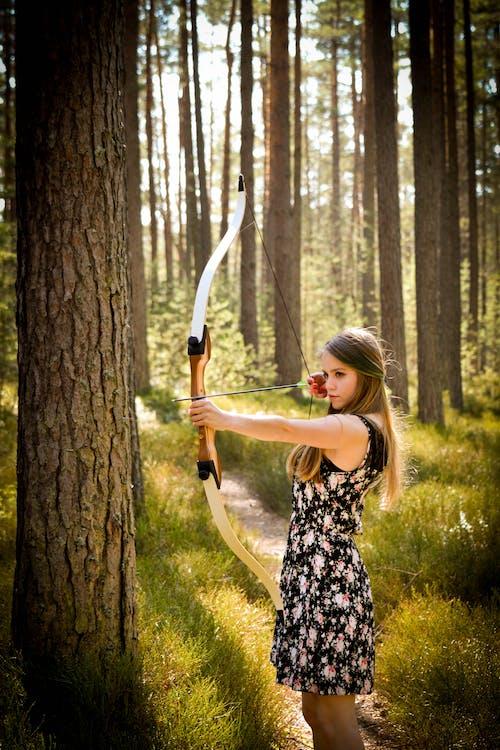Kostenloses Stock Foto zu bäume, bogen, dame, fashion