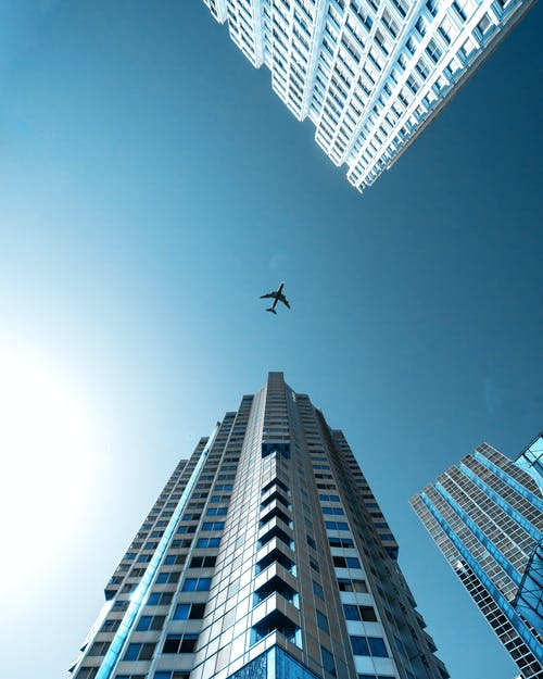Gratis lagerfoto af arkitektur, blå, blå himmel, by