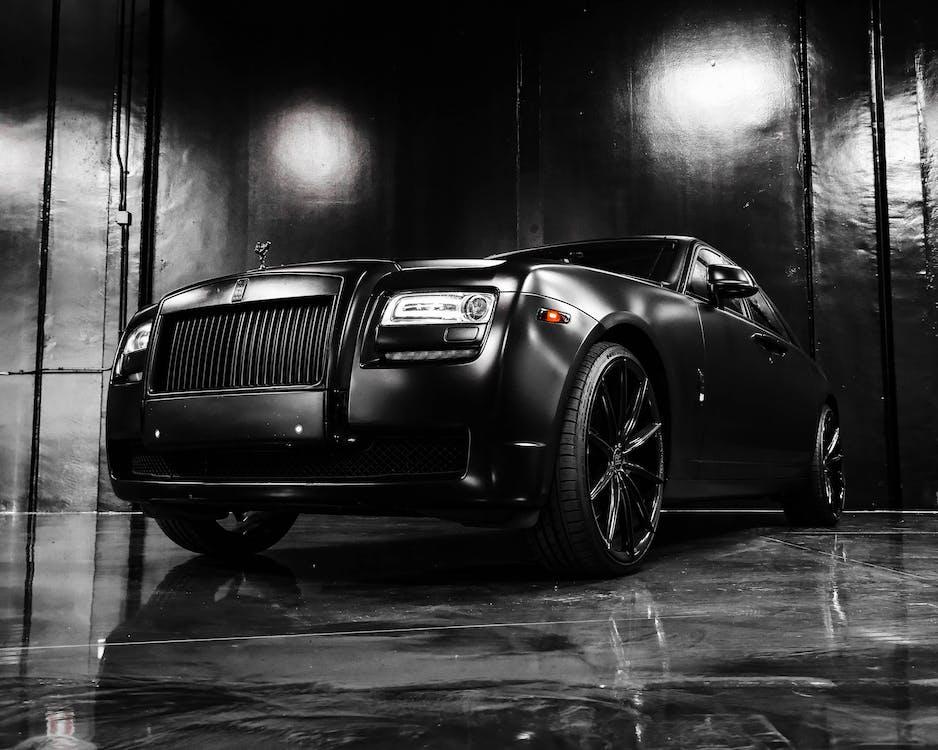 Schwarzes Luxusauto Im Ausstellungsraum