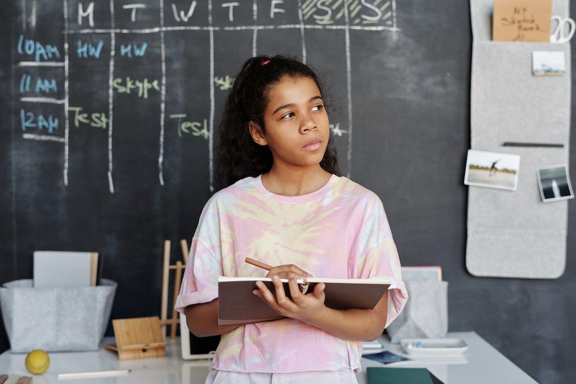 Ảnh lưu trữ miễn phí về áo sơ mi màu hồng, bài tập về nhà, bảng đen