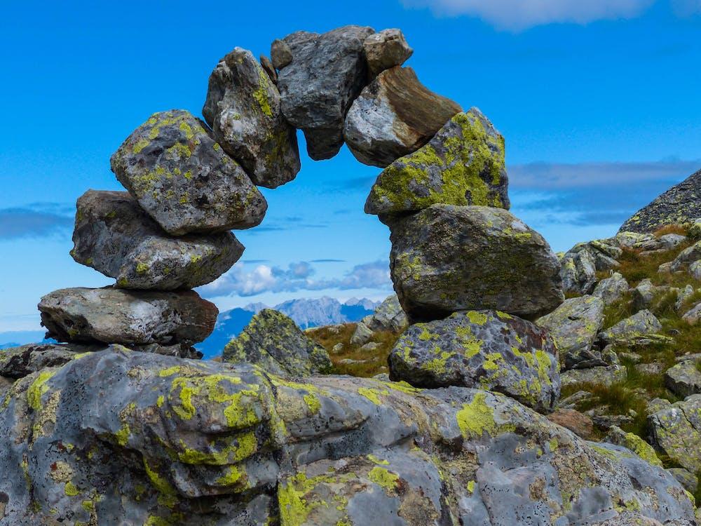 Bemoste rotsen, berg, daglicht