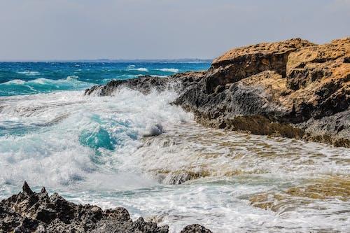 Foto profissional grátis de água, beira-mar, borrifar, cenário