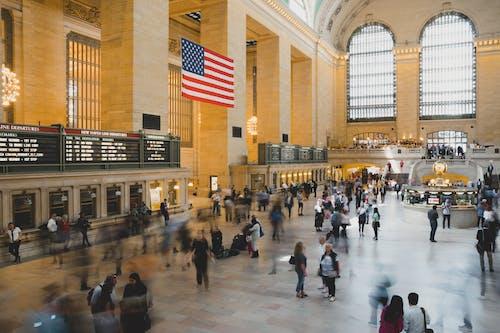 Ilmainen kuvapankkikuva tunnisteilla amerikan lippu, arkkitehtuuri, grand central station, ihmiset