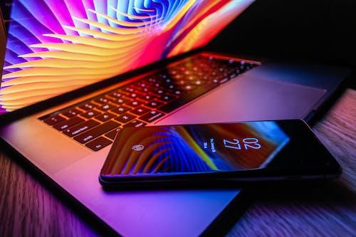 akıllı telefon, cep telefonu, dizüstü bilgisayar, duvar kağıdı içeren Ücretsiz stok fotoğraf