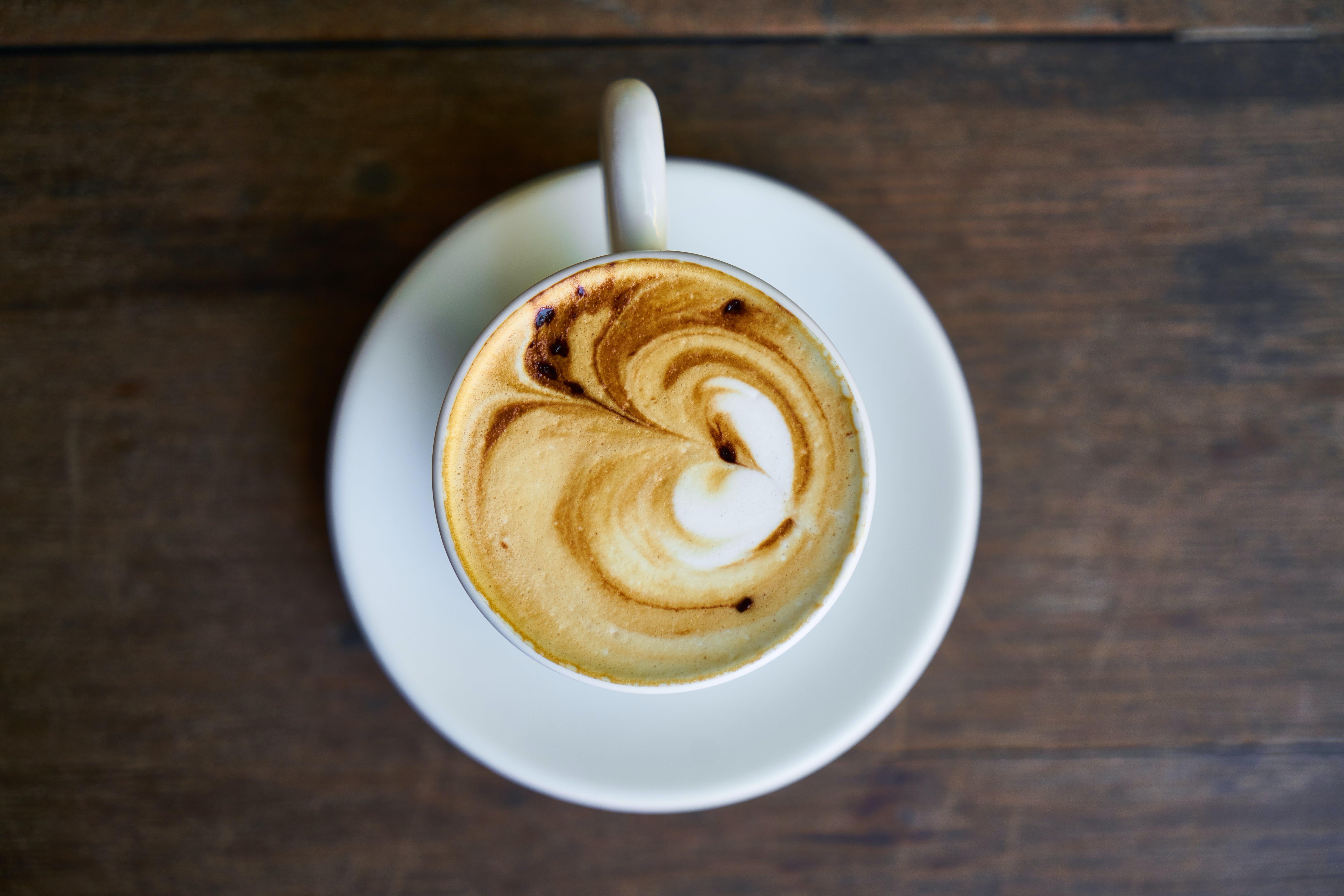 Základová fotografie zdarma na téma caffè latte art, dřevěný povrch, hrnek, káva