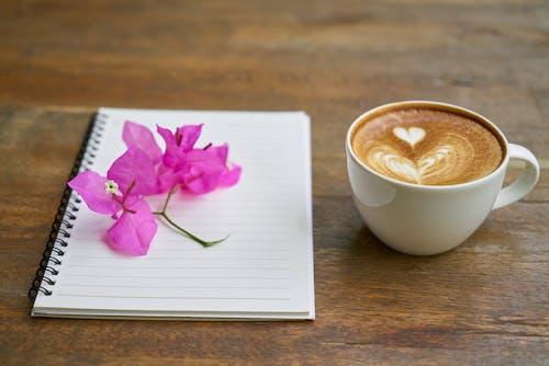 Foto profissional grátis de caderno, café, café com leite, cafeína