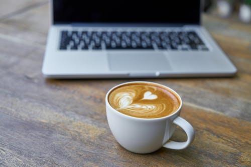 คลังภาพถ่ายฟรี ของ การถ่ายภาพหุ่นนิ่ง, กาแฟ, กาแฟในถ้วย, คอมพิวเตอร์