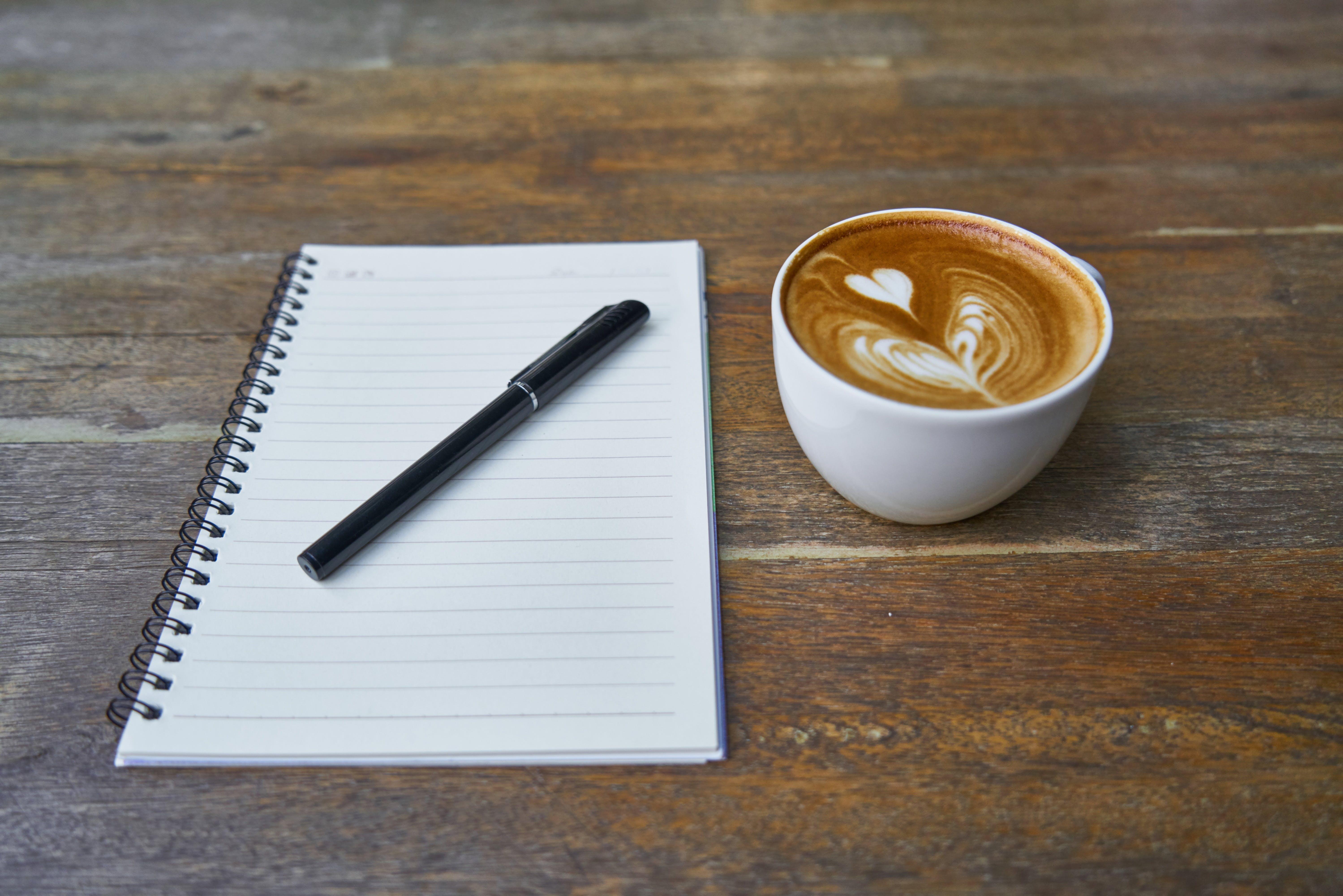 Foto stok gratis buku agenda, cangkir, latte, meja kayu