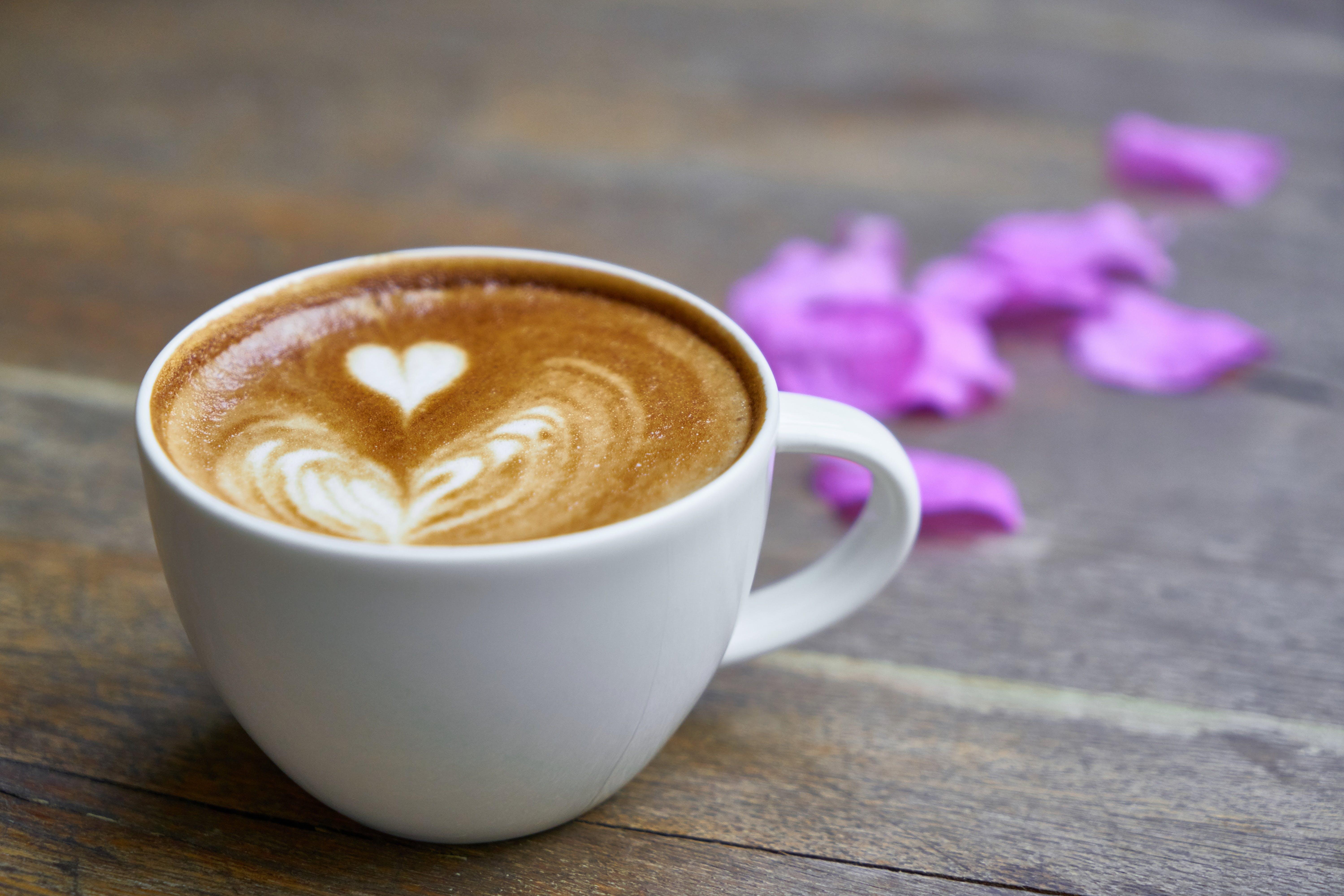 Kostenloses Stock Foto zu becher, blumen, braun, café