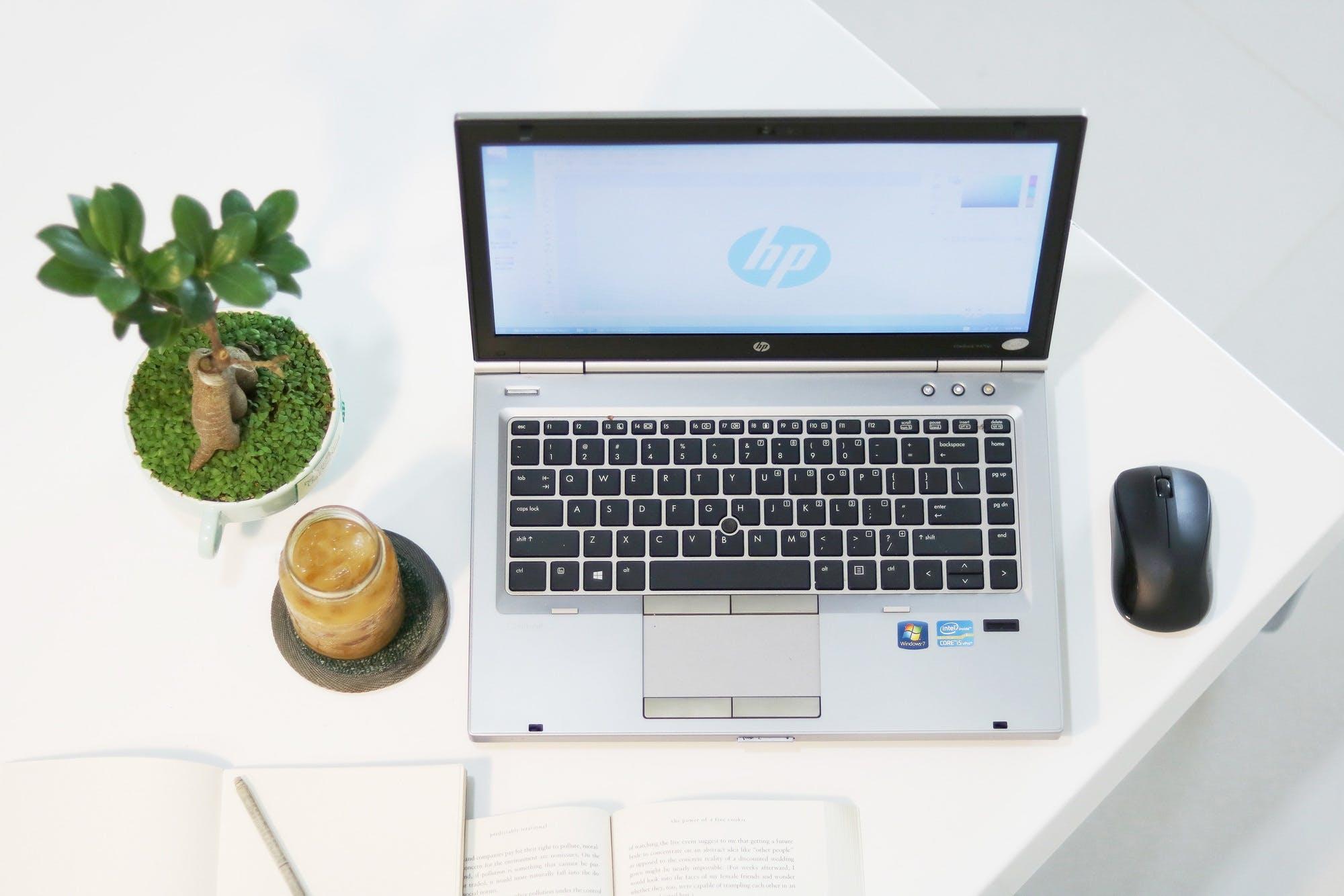 Kostenloses Stock Foto zu arbeitsplatz, aufsicht, getränk, laptop