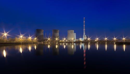 Foto d'estoc gratuïta de aigua, arquitectura, central elèctrica, davant del mar