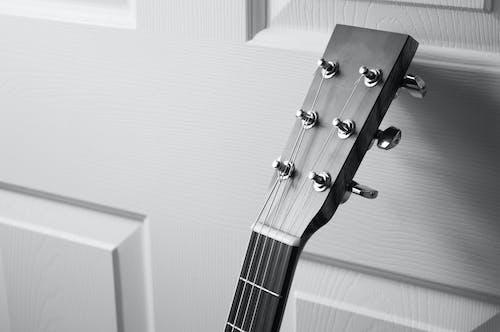 Darmowe zdjęcie z galerii z czarno-biały, gitara, instrument, instrument muzyczny