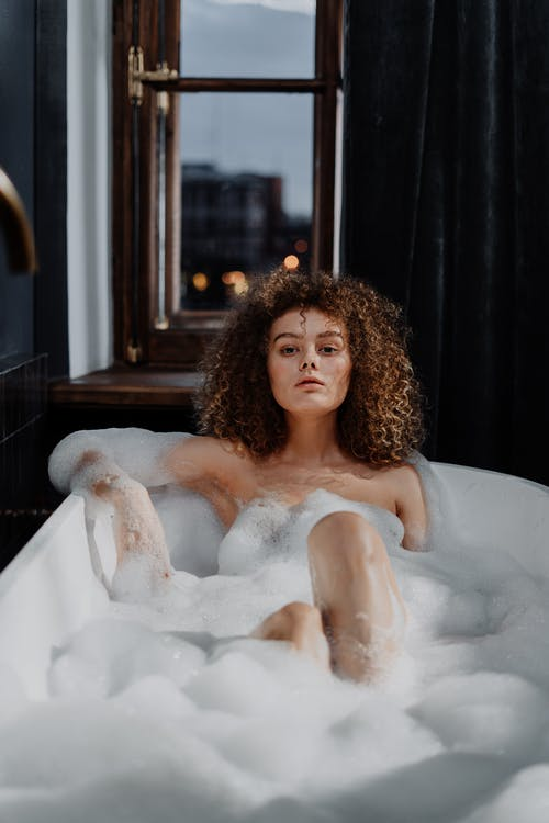 Fotos de stock gratuitas de atractivo, bañándose, bañera