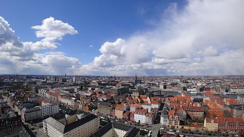 Darmowe zdjęcie z galerii z architektura, budynki, chmury, dach
