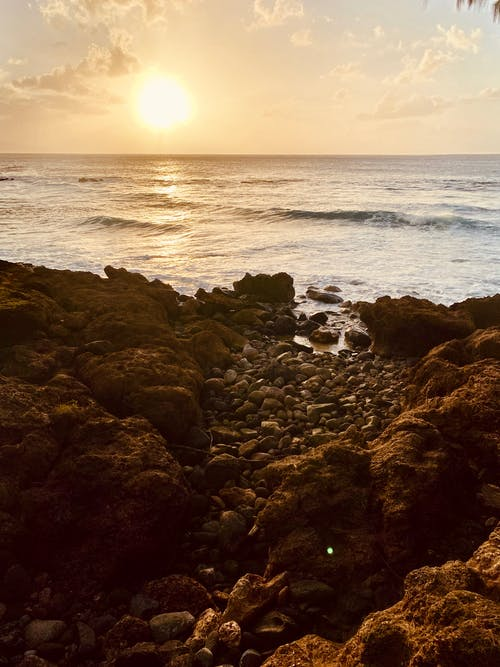 Foto stok gratis batu, lautan, matahari terbenam di pantai, pantai