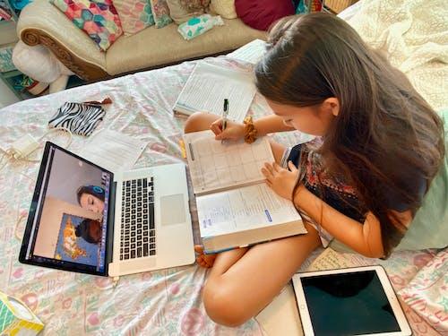 Δωρεάν στοκ φωτογραφιών με εξ αποστάσεως εκπαίδευση, εργασία για το σπίτι, κείμενο, οικία