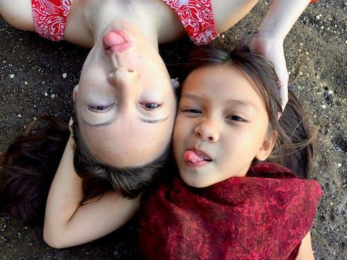 Fotobanka sbezplatnými fotkami na tému dievčatá, na zvislo, portrét, vyplaziť jazyk