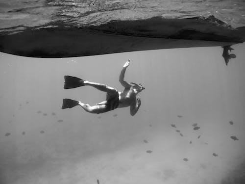Δωρεάν στοκ φωτογραφιών με snorkeling, ασπρόμαυρο, βάρκα, Κολύμβηση με αναπνευστήρα