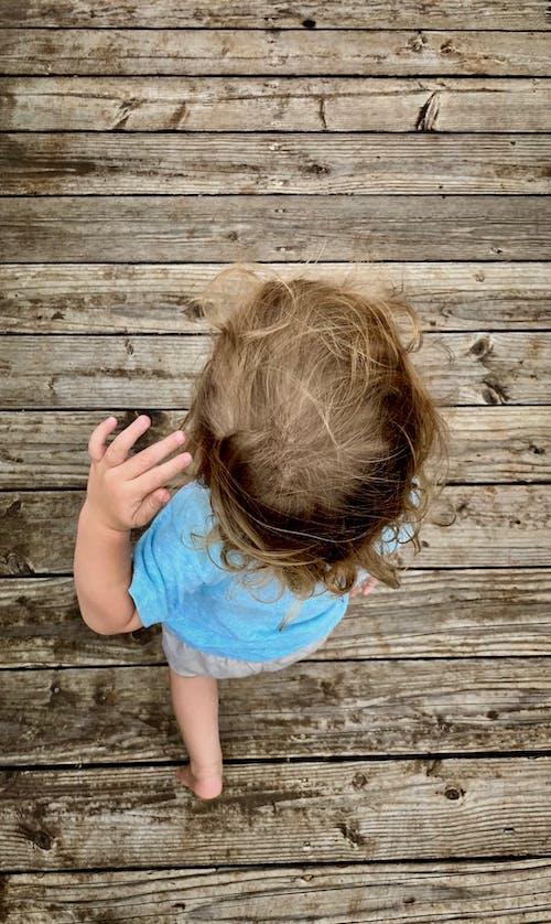 Δωρεάν στοκ φωτογραφιών με μικρό παιδί, νήπιο, ξύλινος διάδρομος, ξύλο