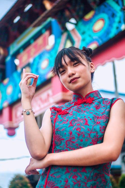 Gratis stockfoto met aanwijzen, aziatisch, Aziatische vrouw, binnenkomst