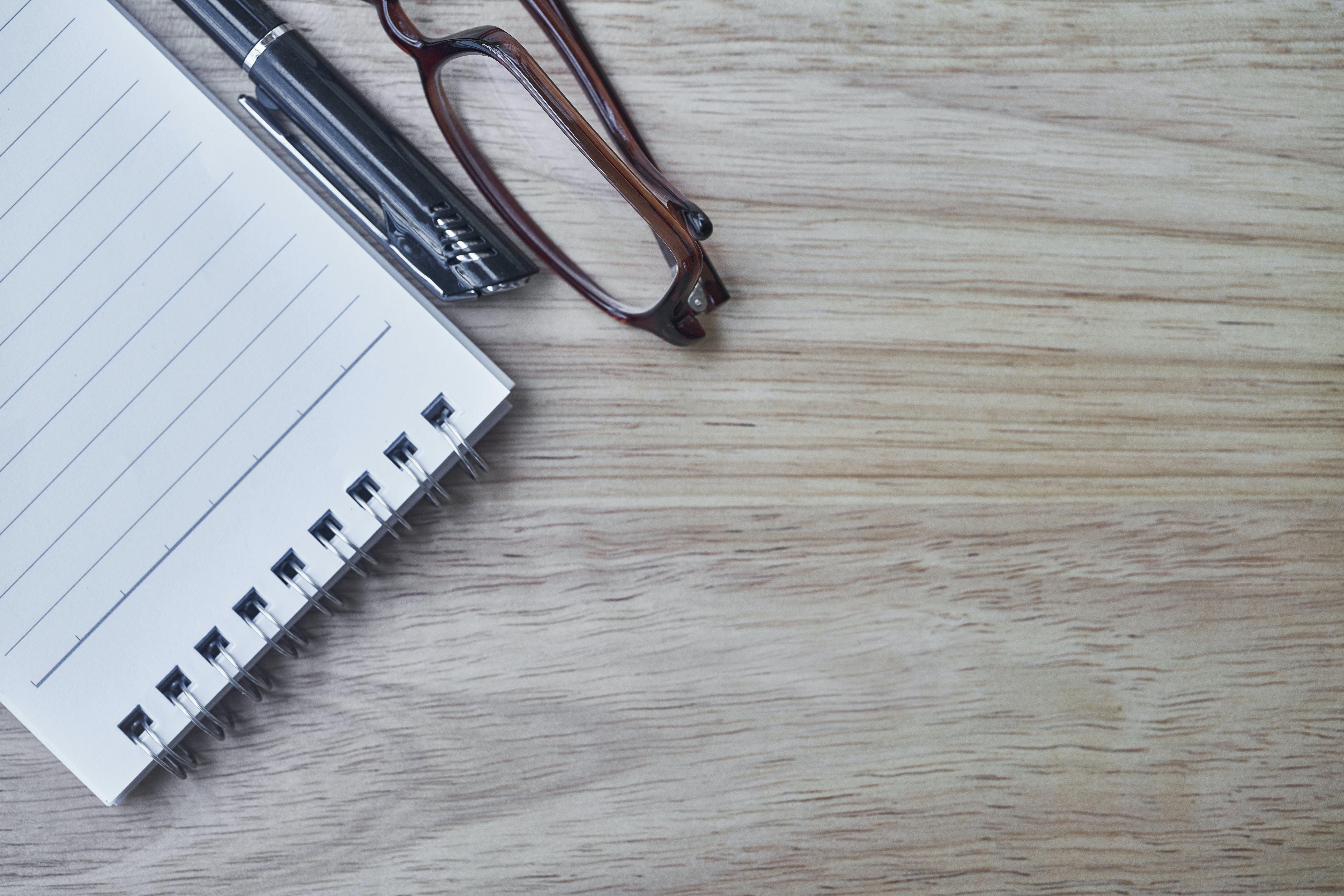 Ảnh lưu trữ miễn phí về bàn gỗ, cây bút, ghi chú, kính mắt