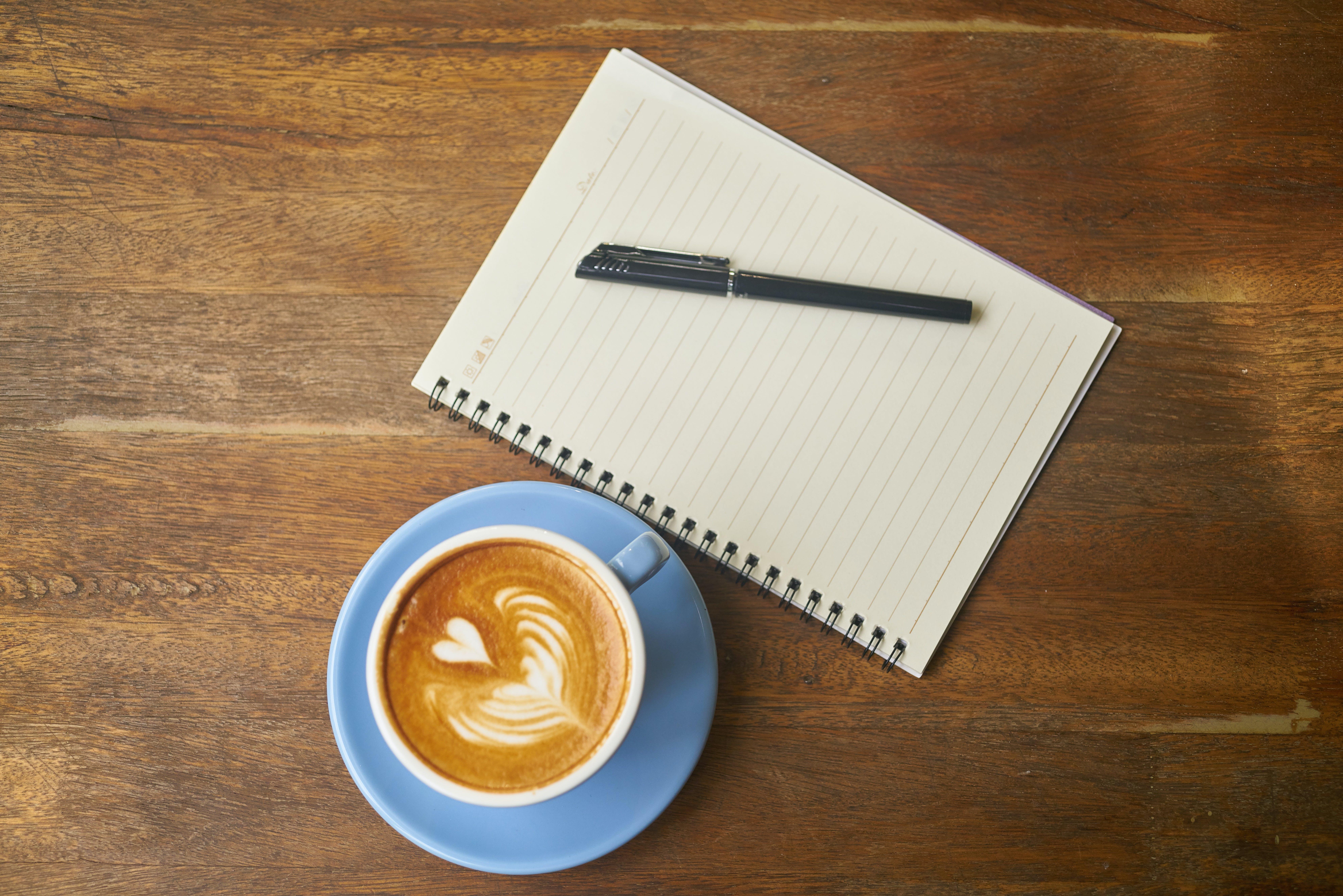 Foto profissional grátis de balcão, caderno, café, cafeína