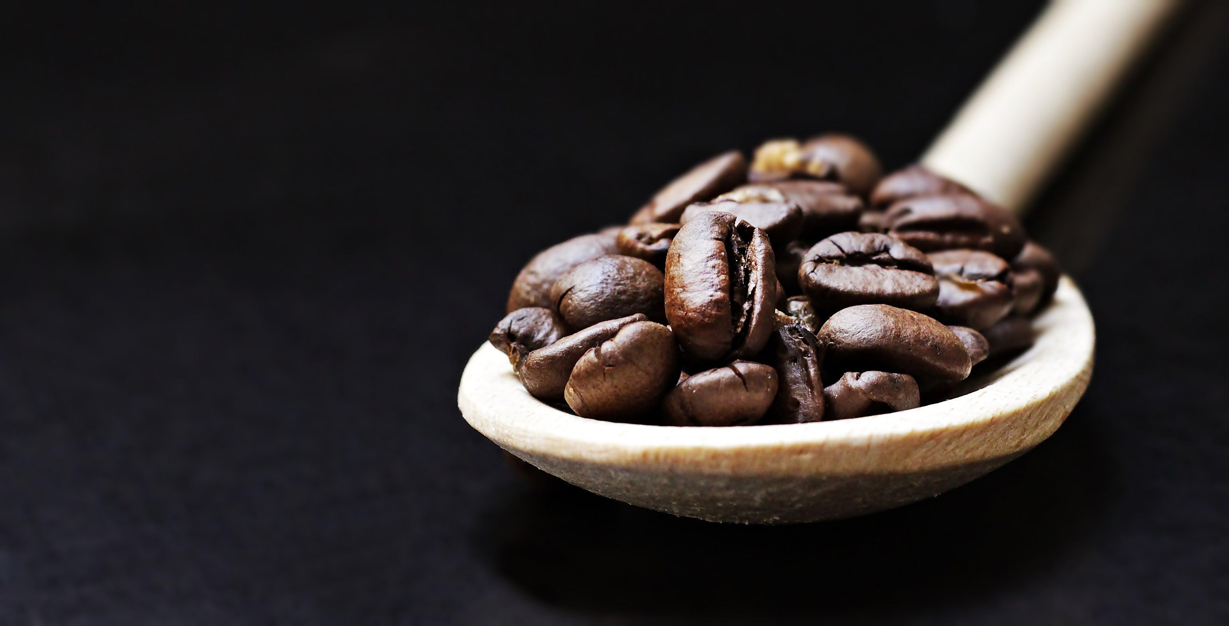 Kostenloses Stock Foto zu bohnen, holzlöffel, kaffee, kaffeebohnen