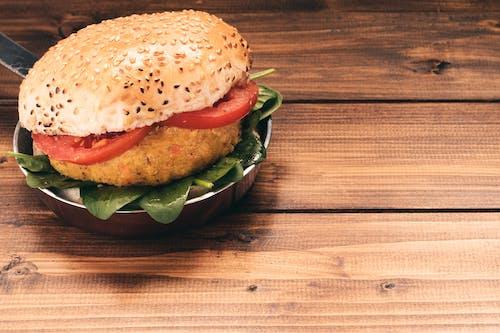 Безкоштовне стокове фото на тему «булочка, бургер, гамбургер, дерев'яний»