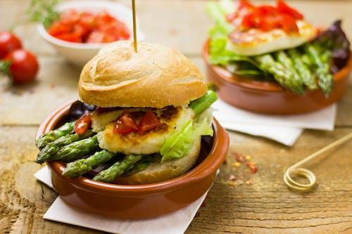 Gratis lagerfoto af asparges, brød, burger, burger boller