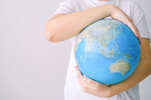 Beyaz arka plan, dünya, eller içeren Ücretsiz stok fotoğraf