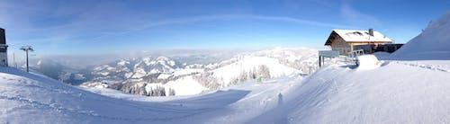 Foto profissional grátis de aventura, cênico, coberto de neve, colina